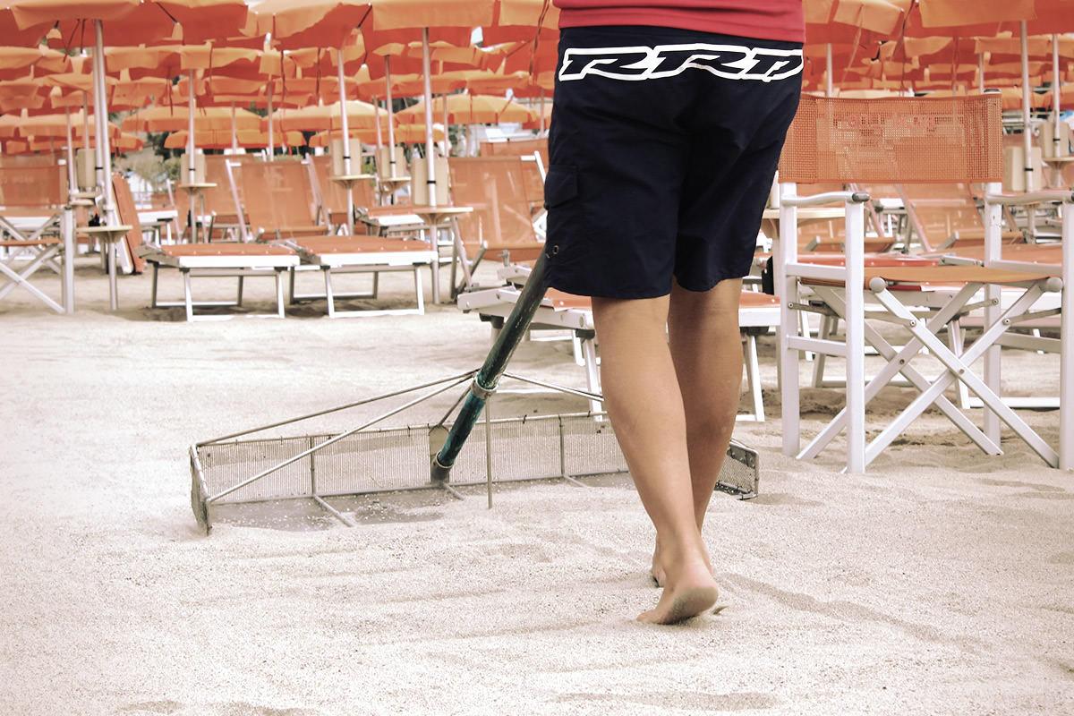 Fabio e la cura quotidiana della spiaggia: alle 8 dev'essere tutto perfetto.